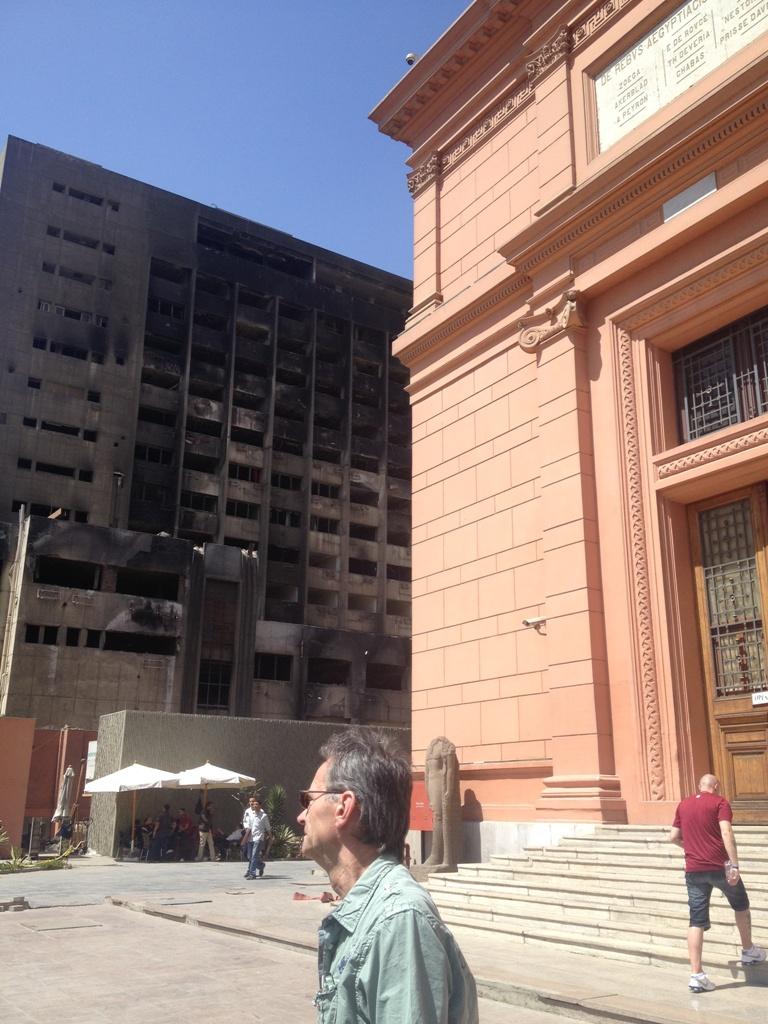 Het gebouw van de partij van Mubarak dat tijdens de revolutie in februari 2012 in de brand werd gestoken. Op dit moment de grootste toeristische attractie in Caïro.